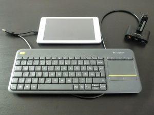 Tablet mit USB-Hub, Tastatur und USB-Stick